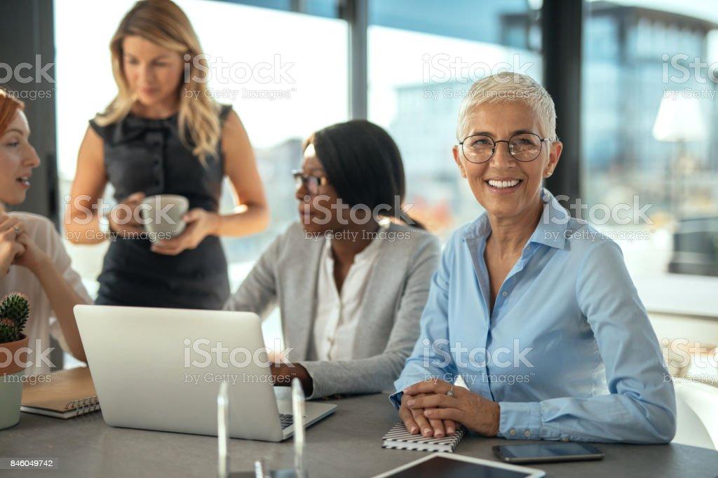 Ella es un verdadero líder - foto de stock