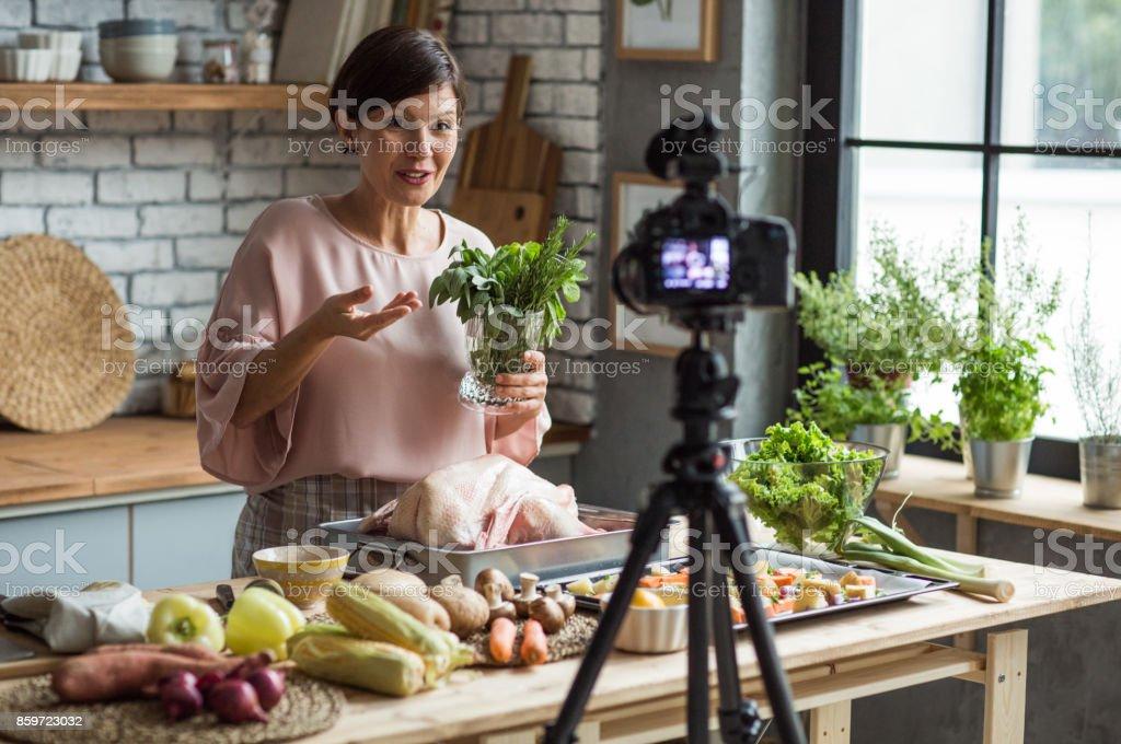 Sie genießt bei Vlogs – Foto