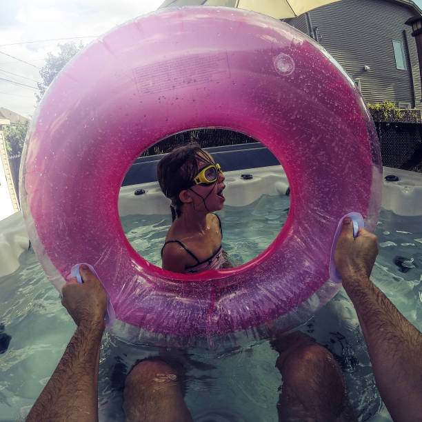 sie ist im whirlpool tauchen zu lernen - kanada rundreise stock-fotos und bilder