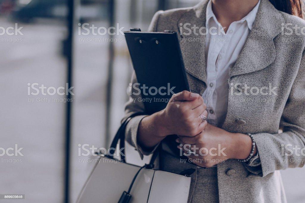 Sie macht den Umzug in ihrem job – Foto