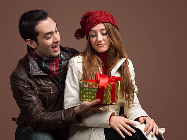 sie ist nicht glücklich über seine geschenke - geburtstag vergessen stock-fotos und bilder