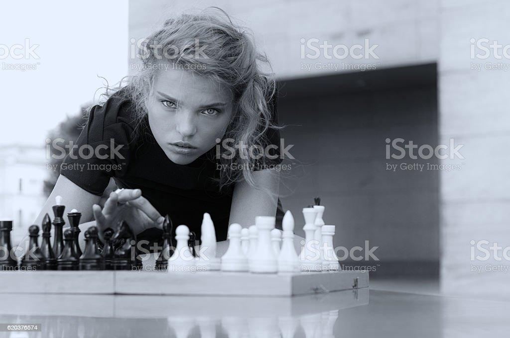 She knocks the board chess pieces zbiór zdjęć royalty-free