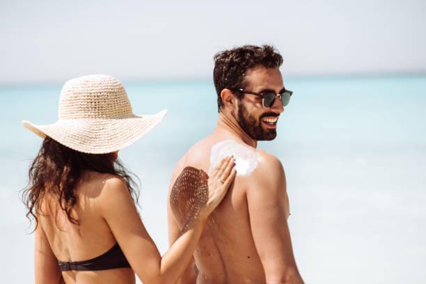 she loves his skin - abbronzarsi foto e immagini stock