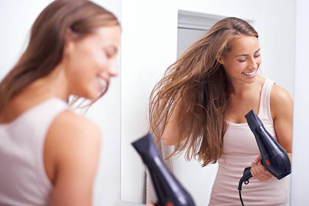sie liebt wir kümmern uns um ihre haare - haarfön stock-fotos und bilder