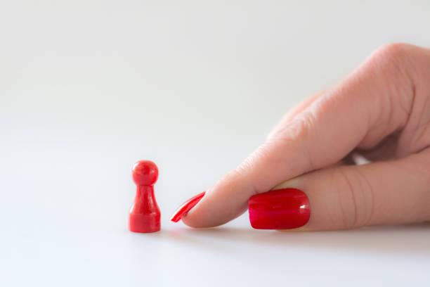 sie zeigt auf den kleinen bauern mit ihren großen nägeln - bester nagellack stock-fotos und bilder