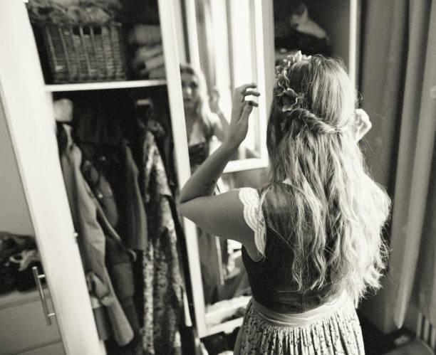 sie bereitet sich auf das oktoberfest - vintage dirndl stock-fotos und bilder