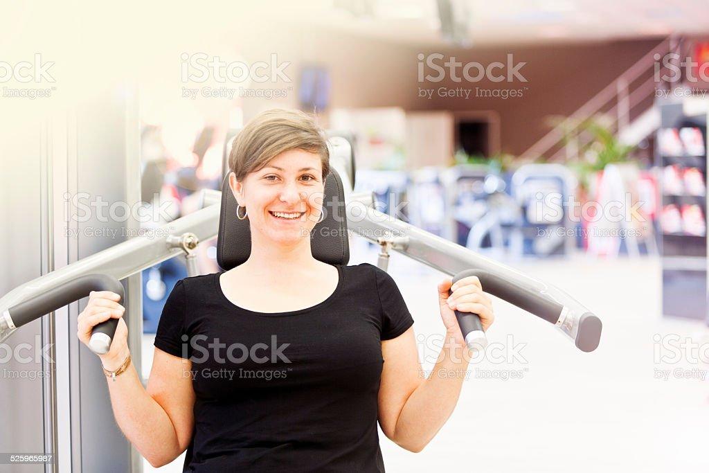 Sie lächelt während einer Pause im fitness-studio – Foto