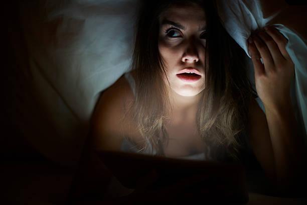 scary movie werden sie sich ganz wie zu hause fühlen. - marvel schlafzimmer stock-fotos und bilder