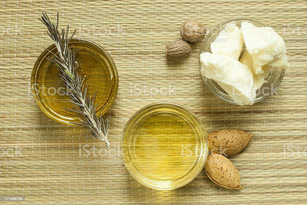 Du beurre de karité et des huiles de maquillage - Photo