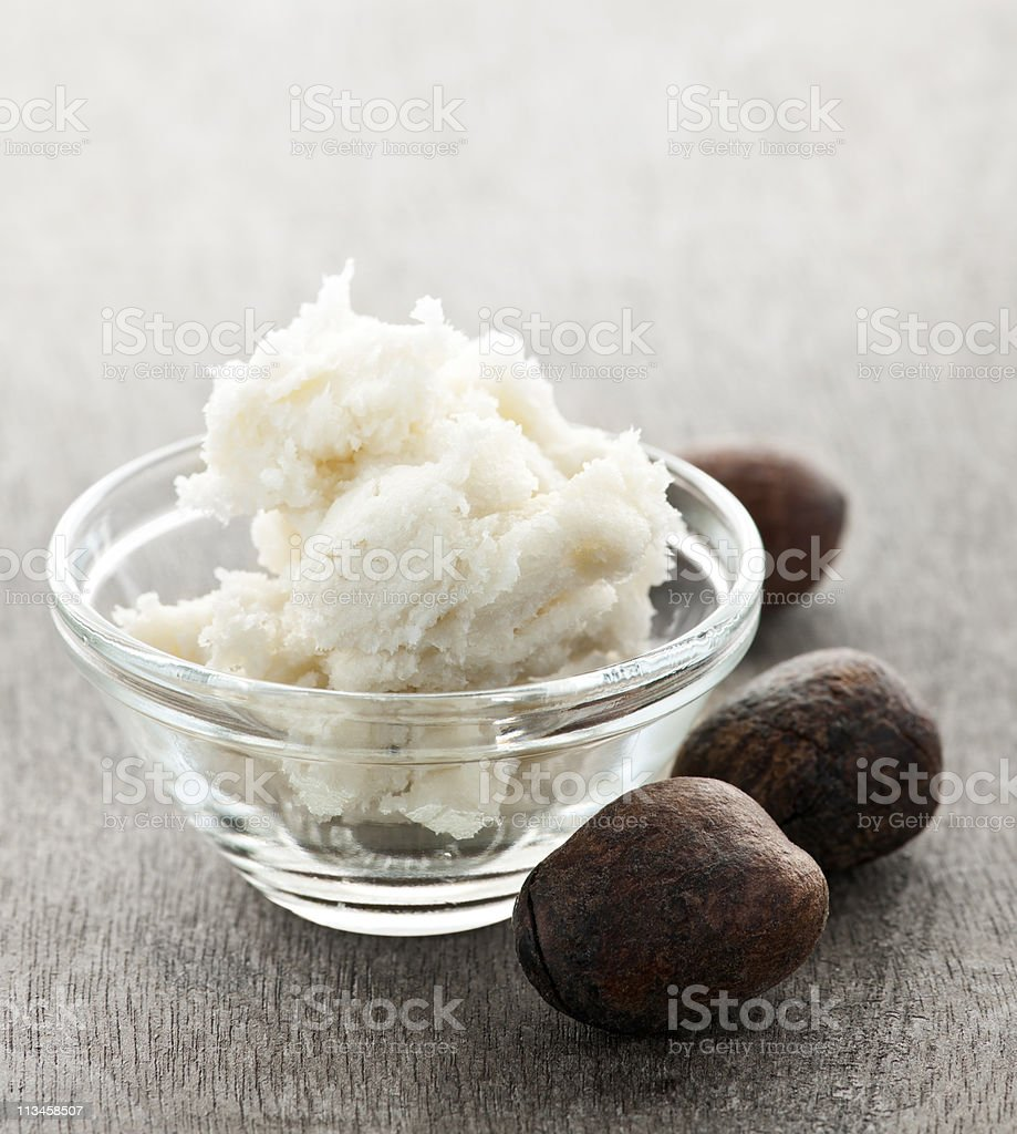 Le beurre de karité et noix dans un bol - Photo