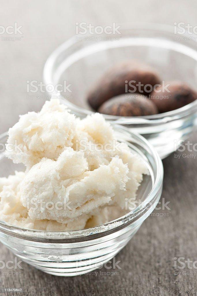 Le beurre de karité et noix dans des bols - Photo