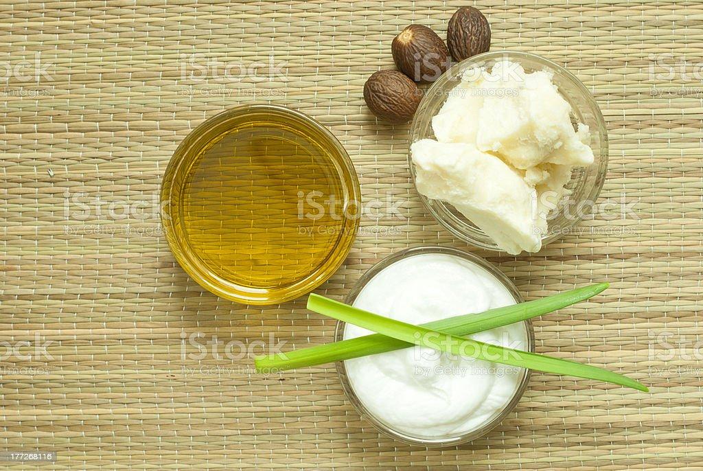 Le beurre de karité et noix, un soin hydratant et l'huile de maquillage - Photo