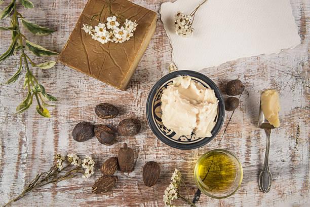 Burro di Karitè e noci con prodotti di Karitè - foto stock