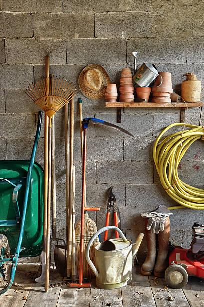shed garden five - kruiwagen met gereedschap stockfoto's en -beelden
