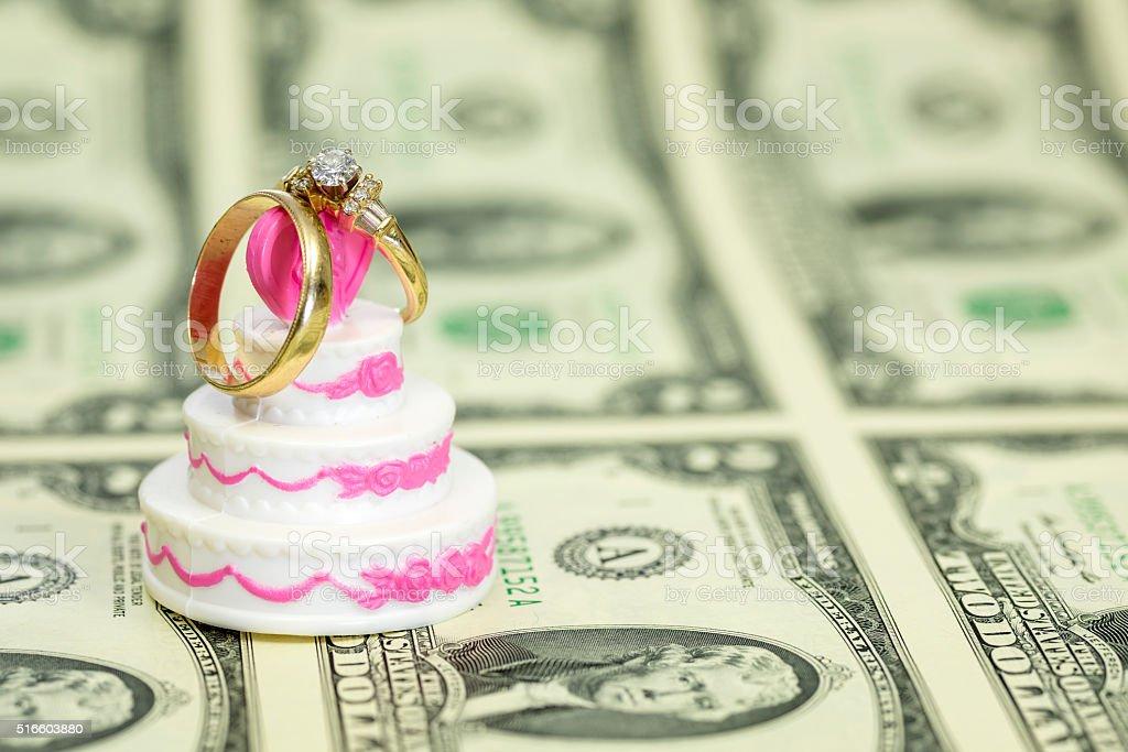 Shell Von Geld Mit Einer Hochzeitstorte Und Ringe Stock Fotografie