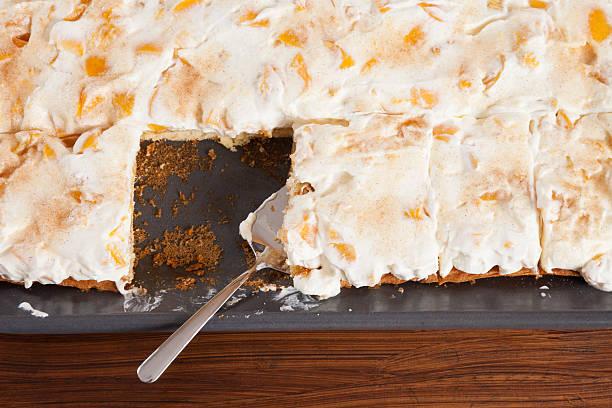 sheet cake, nectarine cream cake - tarte und törtchen stock-fotos und bilder
