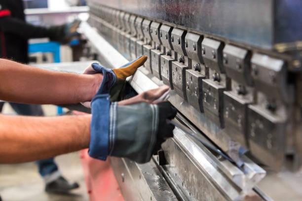 blech biegen in fabrik - blech stock-fotos und bilder
