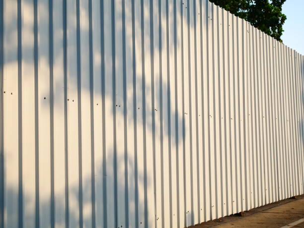 blech-weiße textur aus wellpappe - alu zaun stock-fotos und bilder