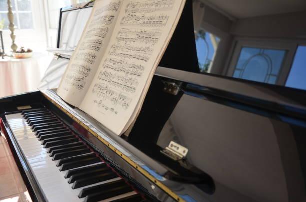 sheet music score partition klavier altpapier - piano noten stock-fotos und bilder