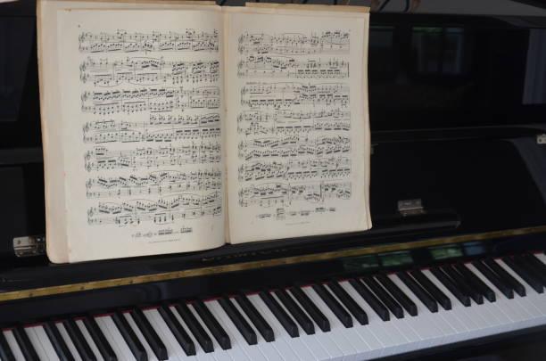 sheet music score partition altes klavier - piano noten stock-fotos und bilder