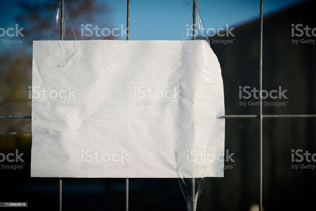 Blatt Papier auf einem Zaun – Foto