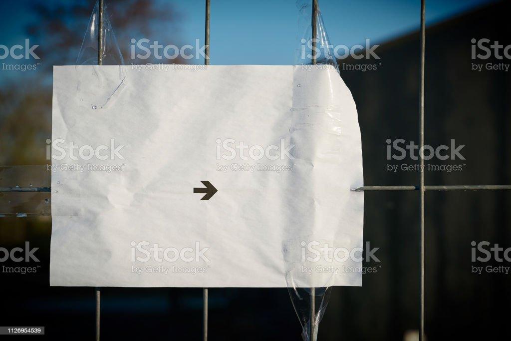 Blatt Papier mit Richtungspfeil – Foto