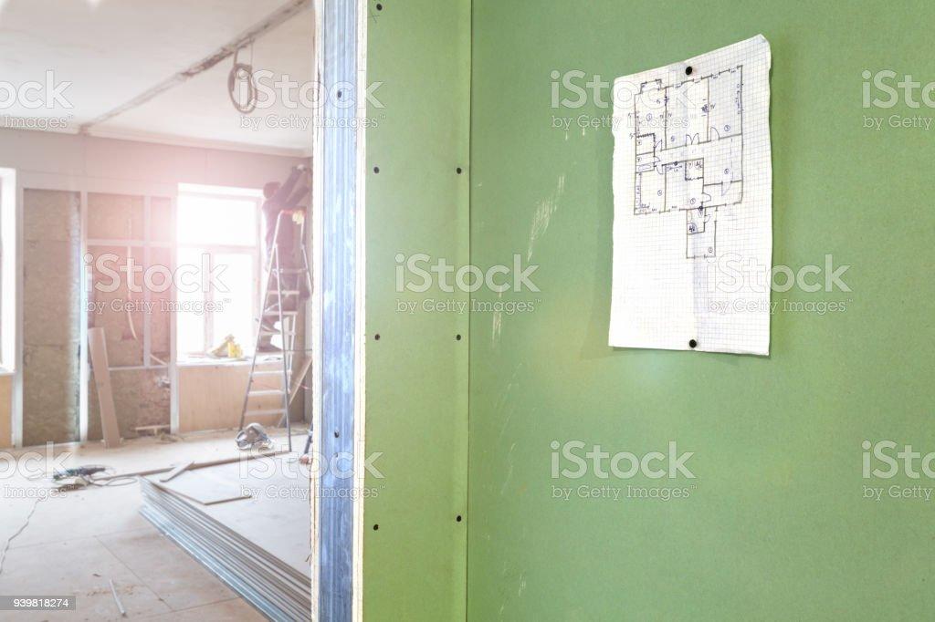 Blatt Des Projekts Auf Der Wand Und Bau Arbeiter Installieren ...