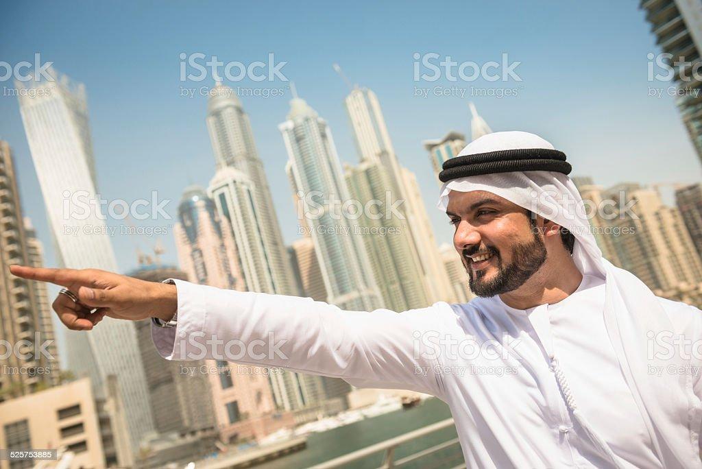 Fotografía de Jeque Apuntando Algo En La Marina De Dubai y más banco ...