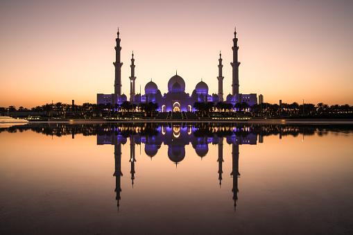 Sheikh Zayed Grand Moschee Und Die Perfekte Reflexion Stockfoto und mehr Bilder von Abenddämmerung