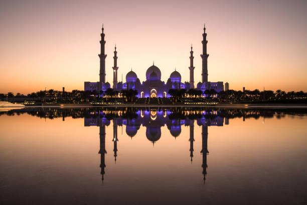 sheikh zayed grand mosque and it's perfect reflection. - abu dhabi стоковые фото и изображения