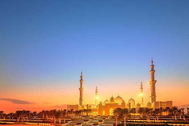 シェイクザイードグランドモスクの夕暮れ時には、アブ-アブダビ - ラマダン ストックフォトと画像