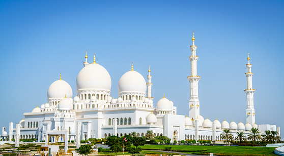The imposing Sheikh Zayed Grand Mosque in Abu Dhabi in the sunset