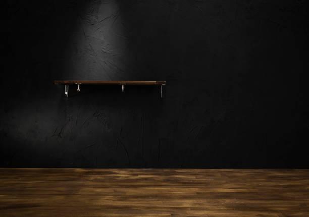 regal auf schwarze wand hintergrund - regal schwarz stock-fotos und bilder