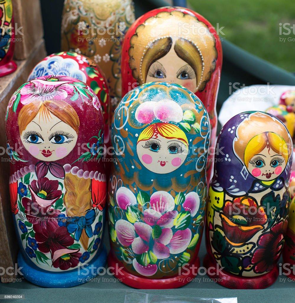 Estante de la tienda de madera recuerdos-matryoshka muñecas foto de stock libre de derechos