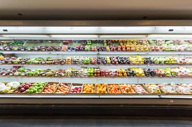 scaffale con frutta in supermercato - prodotti supermercato foto e immagini stock