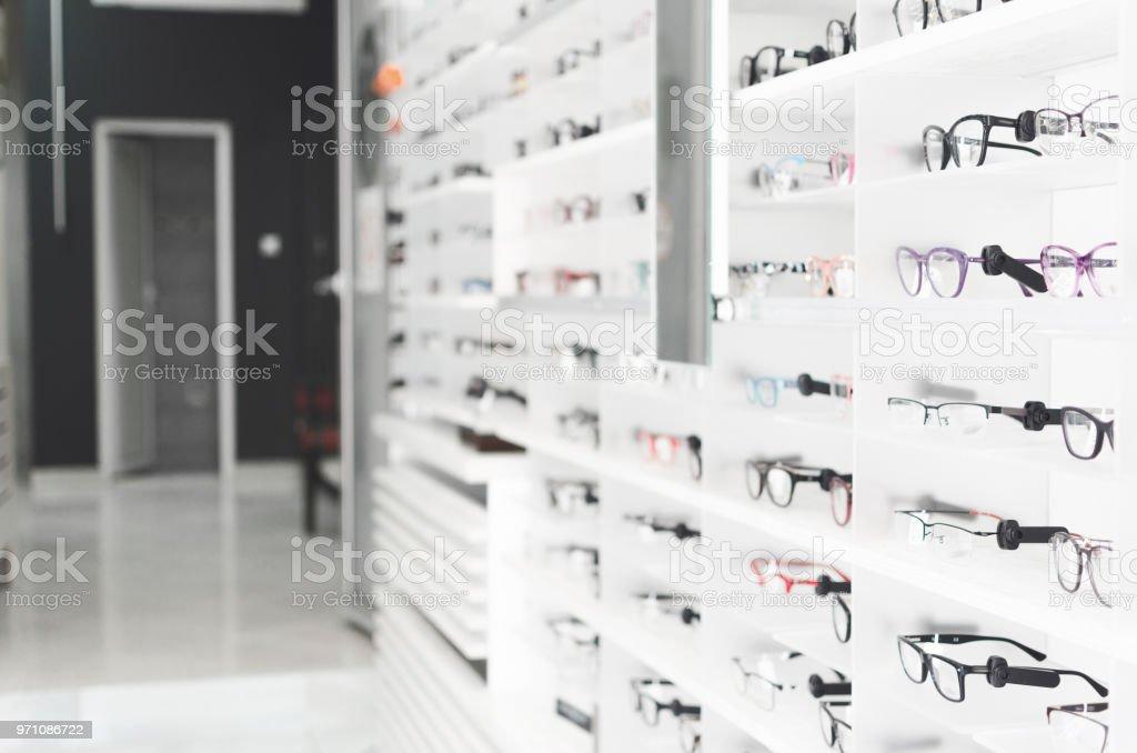 prateleira com óculos na loja - foto de acervo