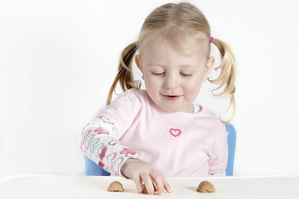 shell game little girl plays shell game shell game stock pictures, royalty-free photos & images