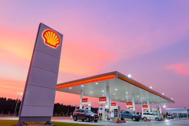 Shell Tankstelle blauen Himmelshintergrund während des Sonnenuntergangs. Royal Dutch Shell verkauft seine australischen Shell-Retail-Geschäft, niederländische Firma Vitol in 2014 – Foto