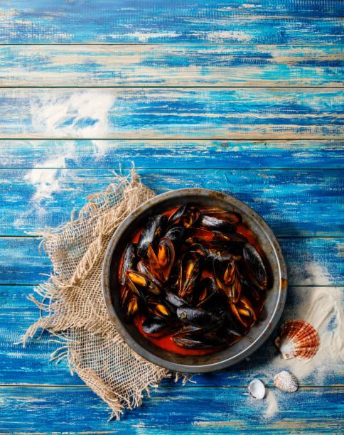 muscheln muscheln muscheln mit tomatensauce und petersilie - muscheln zubereiten stock-fotos und bilder