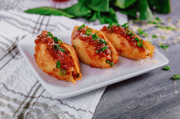 貝殼義大利面塞滿了裡科塔乳酪和肉。 - 塞滿的 個照片及圖片檔