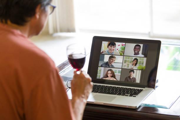 COVID-19 Shelter in Place und Social Distancing in der Tat, Virtuelles soziales Leben weiter durch Live-Streaming, VideoKonferenzen Virtuelles Sammeln – Foto