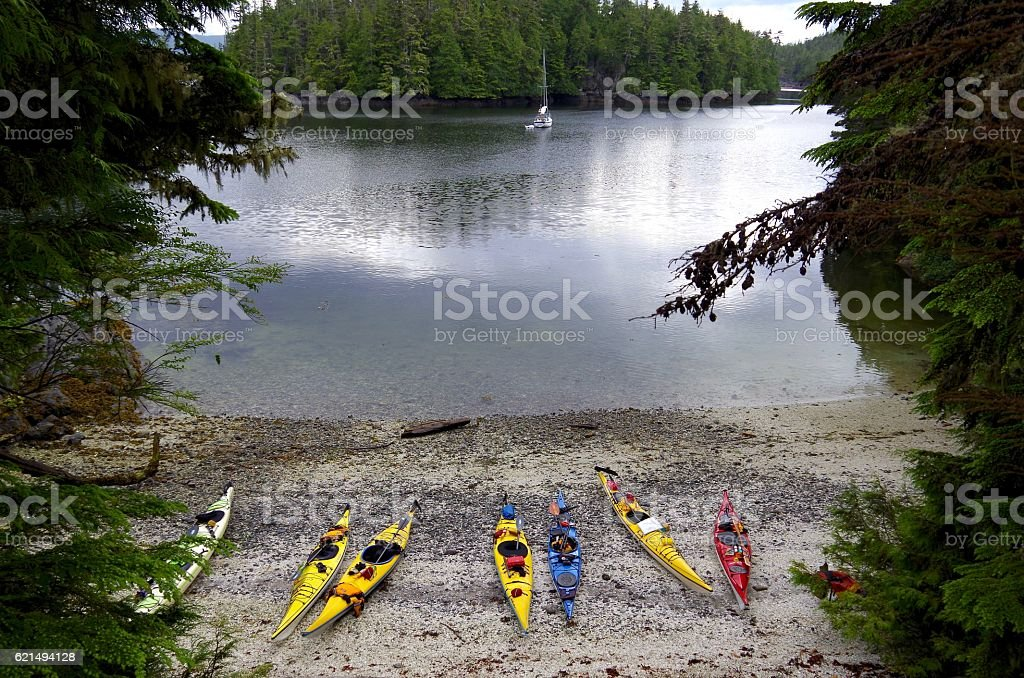 Sheltered anchorage in God's Pocket, Vancouver Island, kayaks on beach Lizenzfreies stock-foto