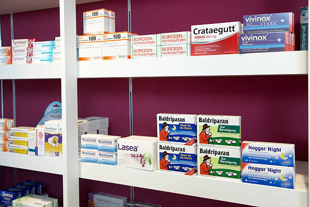 regale von einer apotheke konzentrieren sich auf schlafen details - thomapyrin stock-fotos und bilder