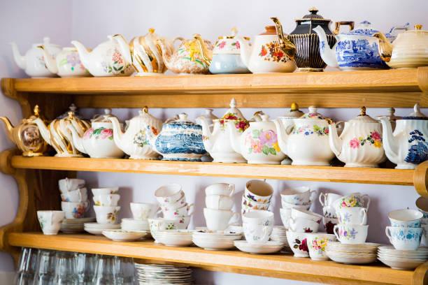 prateleiras com pratos de porcelana e cerâmica - porcelana - fotografias e filmes do acervo