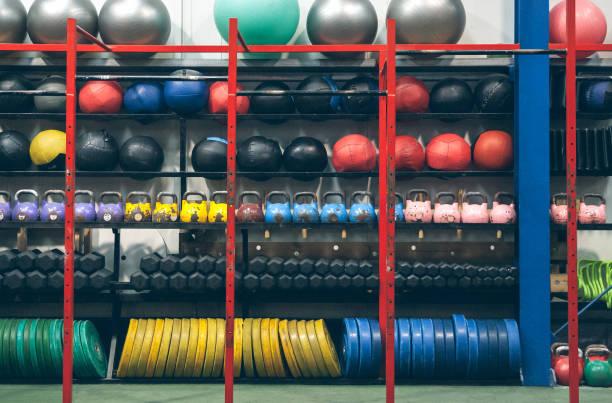 Regale mit Sportgeräten im Innenbereich – Foto