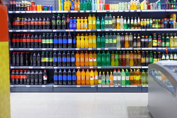 regale mit vielfalt erfrischend edrink of drink for sale - alkoholfreies getränk stock-fotos und bilder