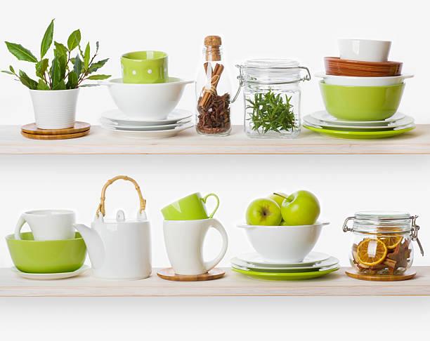 regale mit verschiedenen speisen zutaten und küchenutensilien - keramikteekannen stock-fotos und bilder