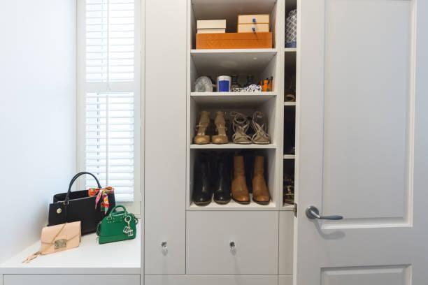 detail in einem luxuriösen begehbaren kleiderschrank regale - garderobe mit schuhschrank stock-fotos und bilder