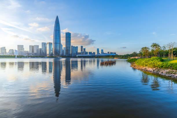 Shenzhen Bay Talent Park Skyline al atardecer - foto de stock