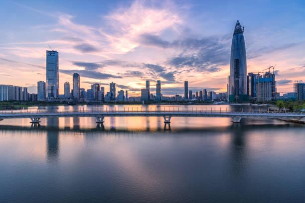 Shenzhen, Houhai, Parque de talento y por la tarde de la arquitectura de la ciudad - foto de stock